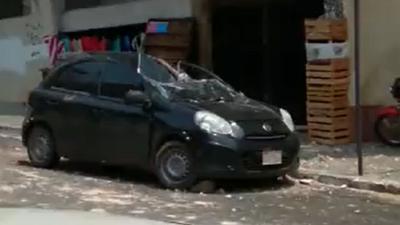 Revestimiento de edificio céntrico se desprende y daña un automóvil