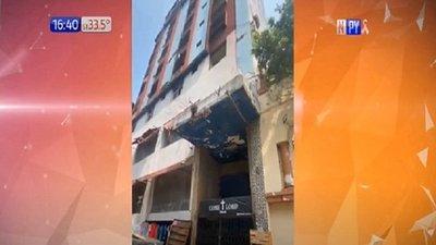 Dueños de edificio antiguo deben cubrir gastos del automóvil destrozado, dice comuna
