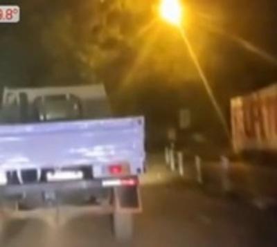 Conductor atropella a motocicleta e intenta huir