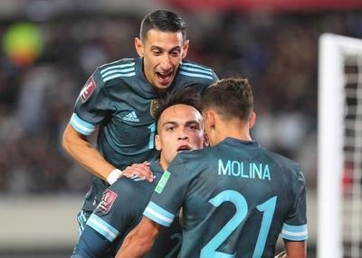 Argentina gana y encamina su pase a Catar