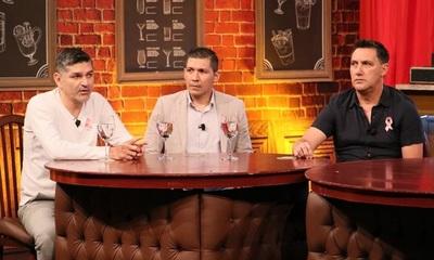 Visita sorpresa en el bar ante debate de Denis Caniza, Jorge Martín Núñez y Gustavo Sotelo