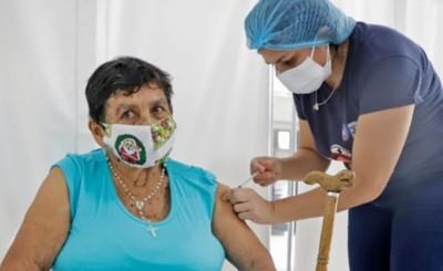 Aplicarán tercera dosis a mayores de 50 años y personal de salud