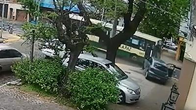 En Argentina un chofer de ómnibus conducía borracho, chocó contra un auto y mató a un hombre