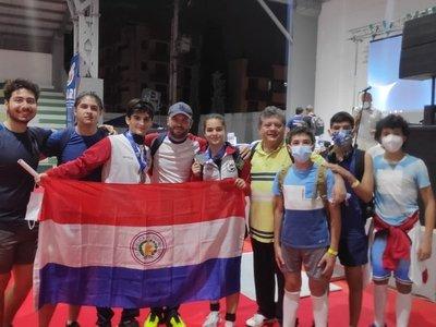 Esgrimistas paraguayos traen medallas de Colombia