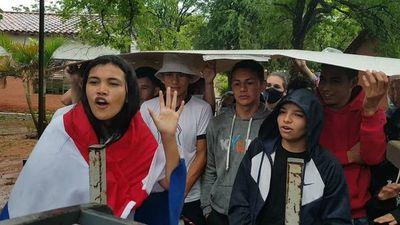 Alumnos toman colegio en apoyo a aumento salarial para docentes en Loreto