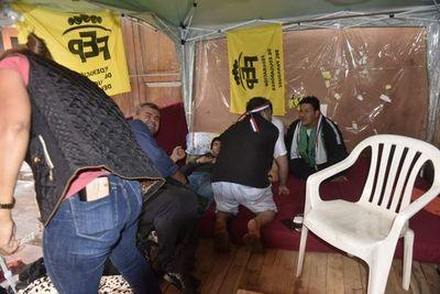 Docentes levantan huelga de hambre pero protestas continuarán