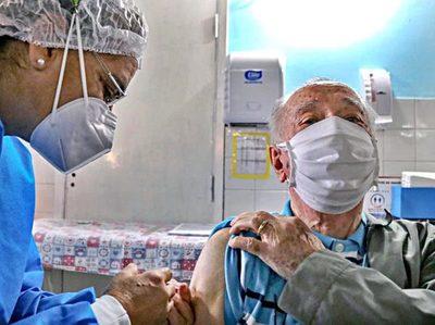 Salud iniciará aplicación de tercera dosis a mayores de 50 y personal de blanco con seis meses de intervalo