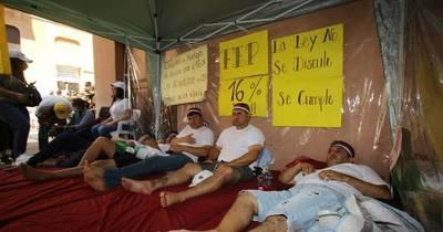 La Nación / Docentes levantan huelga de hambre,pero no están de acuerdo con el 11%