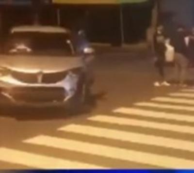 Automóviles chocan a causa de semáforo sin energía