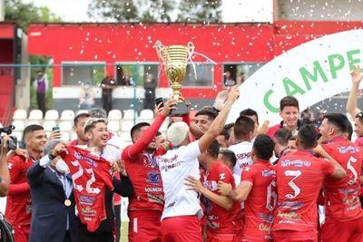General Caballero gana, recibe la copa de campeón y festeja con su gente