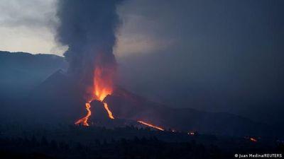 Volcán de La Palma emite nube de cenizas y decenas de temblores