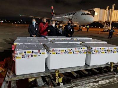 Arriban al país 100 mil dosis de vacunas anti-COVID donadas por Chile