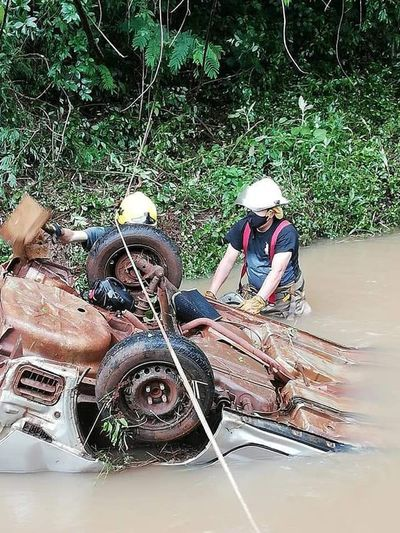 Automovilista se salva tras caer a un arroyo