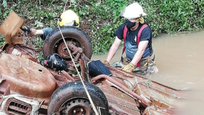 Automóvil cae a arroyo en Itapúa y el conductor se salva de milagro