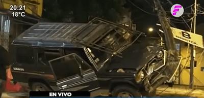Conductor pierde el control e impacta contra columna sobre Próceres de Mayo