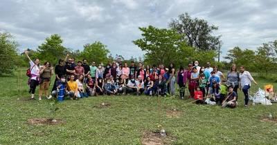 La Nación / Voluntarios plantan 50 árboles en el parque Ñu Guasu este domingo