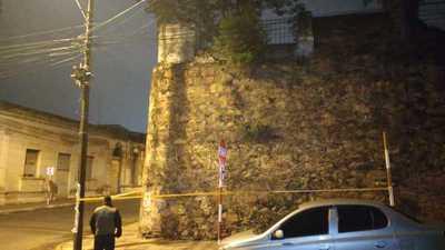 Colocan alertas para peatones en la zona dañada del muro de la Iglesia de La Encarnación