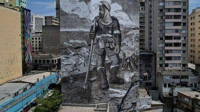 Un gigantesco mural compuesto de cenizas amazónicas cobra vida en Brasil