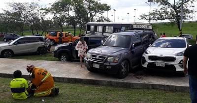 La Nación / Minibús causa múltiple choque en autopista Silvio Pettirossi