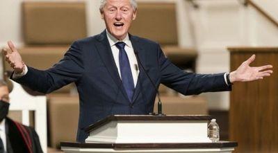 El expresidente de EEUU Bill Clinton sale del hospital