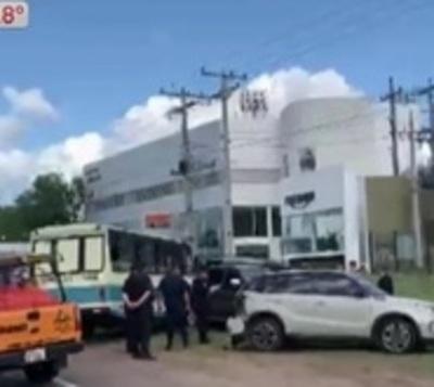 Bus escolar choca contra 5 autos en Luque