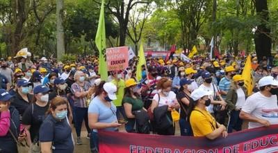 Educación anuncia descuentos para docentes que no asistieron a clases por huelga