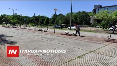 INICIA LA REPARACIÓN DE BANCOS EN LA COSTANERA PADRE BOLIK. / Itapúa Noticias