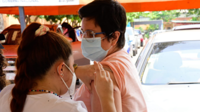 Médicos celebran refuerzos de terceras dosis