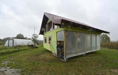 Hombre construyó una casa giratoria para que su esposa escoja las vistas