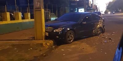 AUTOMÓVIL CHOCÓ A OTRO ESTACIONADO POR ESQUIVAR UN PERRO / Itapúa Noticias