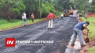 MAQUINARIAS NIVELARON Y RELLENARON CRÁTERES DEL EMPEDRADO CON ASFALTO. / Itapúa Noticias