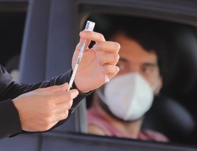 Vacunados en el extranjero deben inscribirse para recibir su tercera dosis