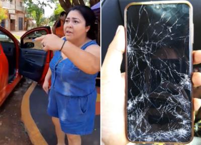 """Furibunda mujer derrama agua fría a joven por estacionar frente a su casa: """"esta es mi vereda nde carruaje"""""""