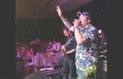 """Crónica / SE PASARON DE LA RAYA. Ka'úcho armaron sarambi en un concierto de """"Los Meketrefes"""""""