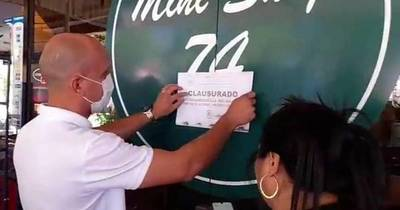 La Nación / Clausuran heladería sin permiso para uso de vereda en CDE, tras un video viral