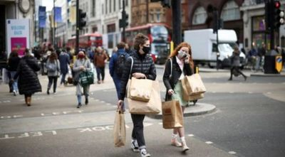 Los sanitarios piden retorno de restricciones por alza de casos en Reino Unido