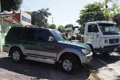 Municipalidad despeja veredas de vehículos que obstruyen paso peatonal