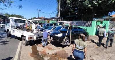 La Nación / Por obstruir paso peatonal emplazan a dueños de playas de vehículos