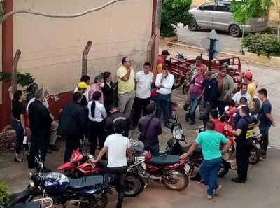 Trabajadores municipales de Carapeguá insisten en cobrar sus salarios atrasados
