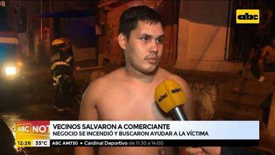Vecinos salvaron a comerciante de un incendio