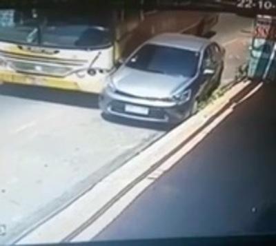 Chofer distraído chocó contra un automóvil estacionado en San Lorenzo