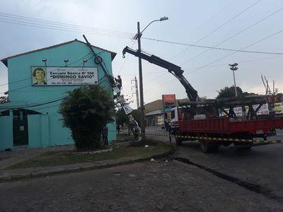 Columna cayó sobre una escuela luego que camión arrastrará tendido eléctrico en San Lorenzo